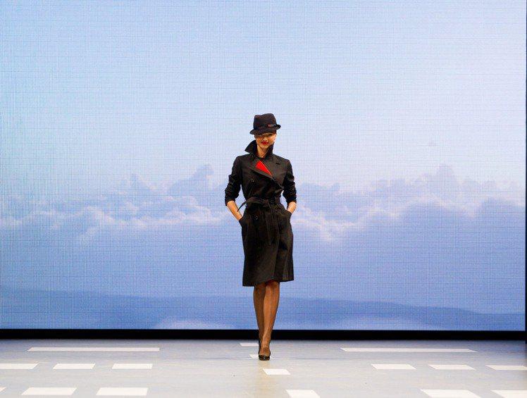 超模米蘭達柯爾4月份時為家鄉澳洲航空公司展示新制服被員工嫌棄「不實穿」。圖/達志...