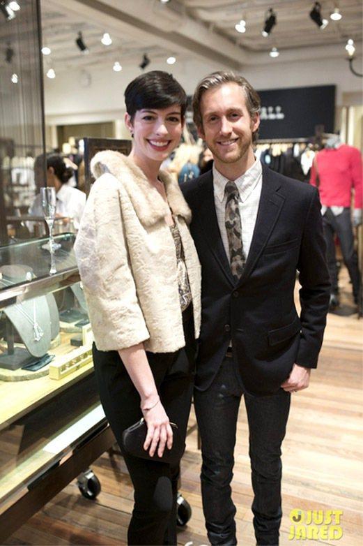 Adam Shulman(右)發表設計珠寶,老婆安海瑟薇站台。圖/擷取自just...