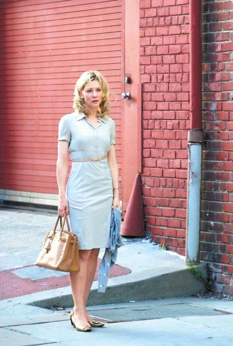 凱特布蘭琪在「藍色茉莉」中扮演憂鬱貴婦。圖/原子映象提供