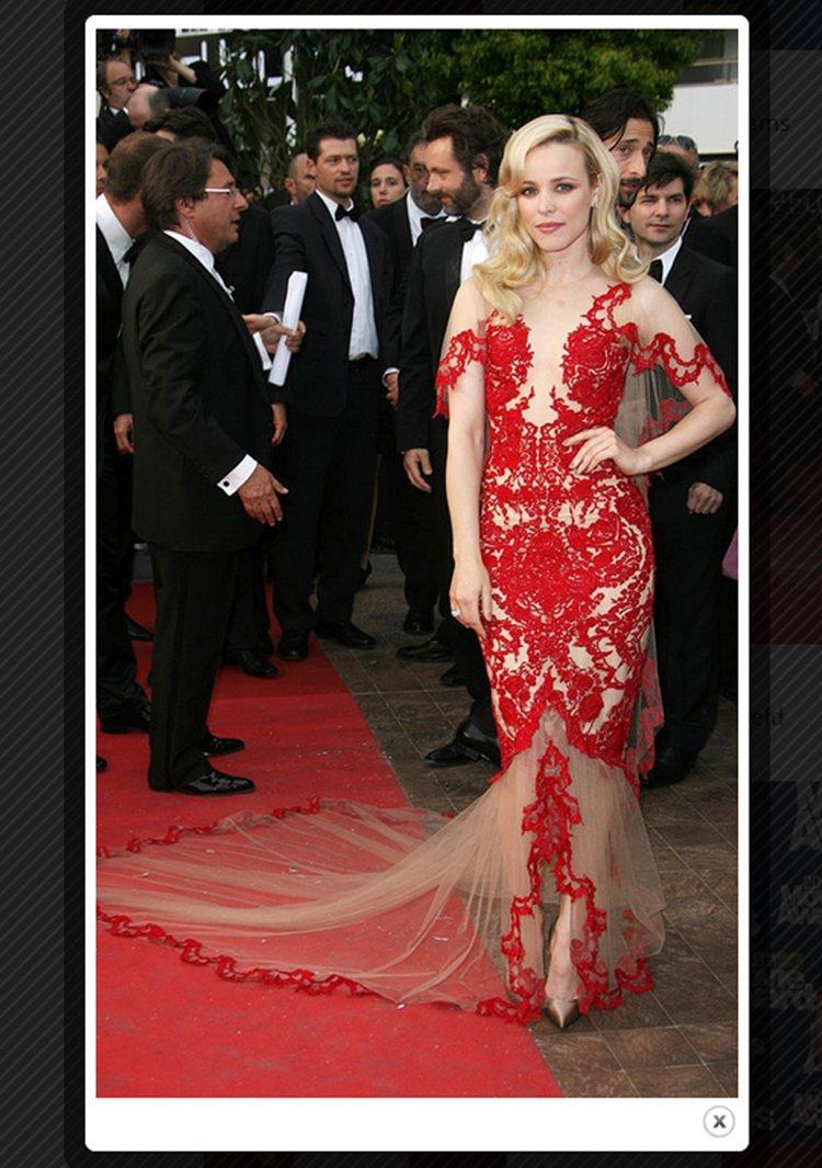 Marchesa 禮服將古典蕾絲染上熱情大紅色,使原本就是性感代名詞的鏤空設計,...