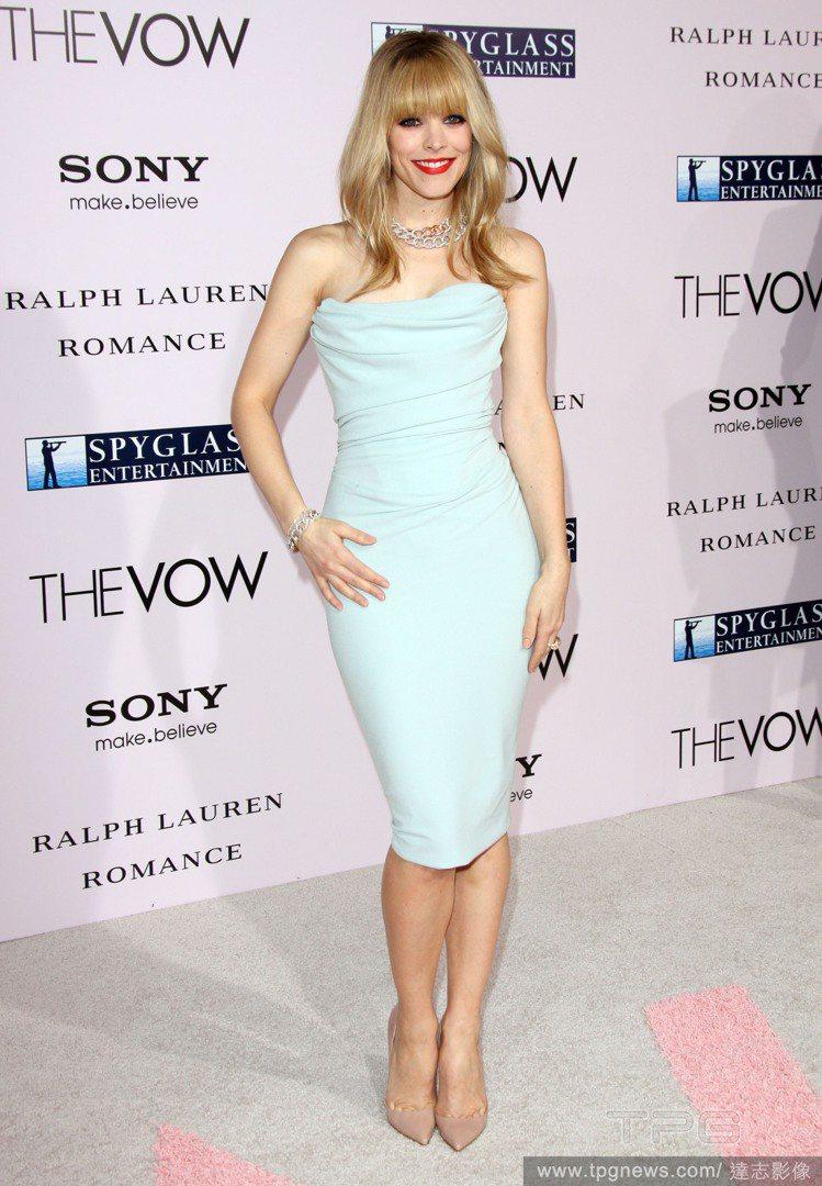 瑞秋麥亞當斯的連身裙,透著粉嫩清新的藍色調,緊身款式也展現了苗條曲線。圖/達志影...