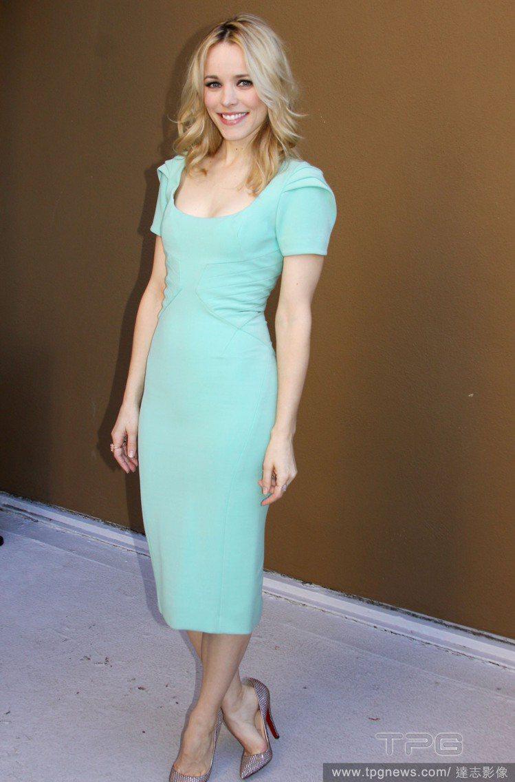 粉嫩清新的藍色調完美襯托白皙肌膚,使她看起來閃閃發光,亮麗又迷人。圖/達志影像