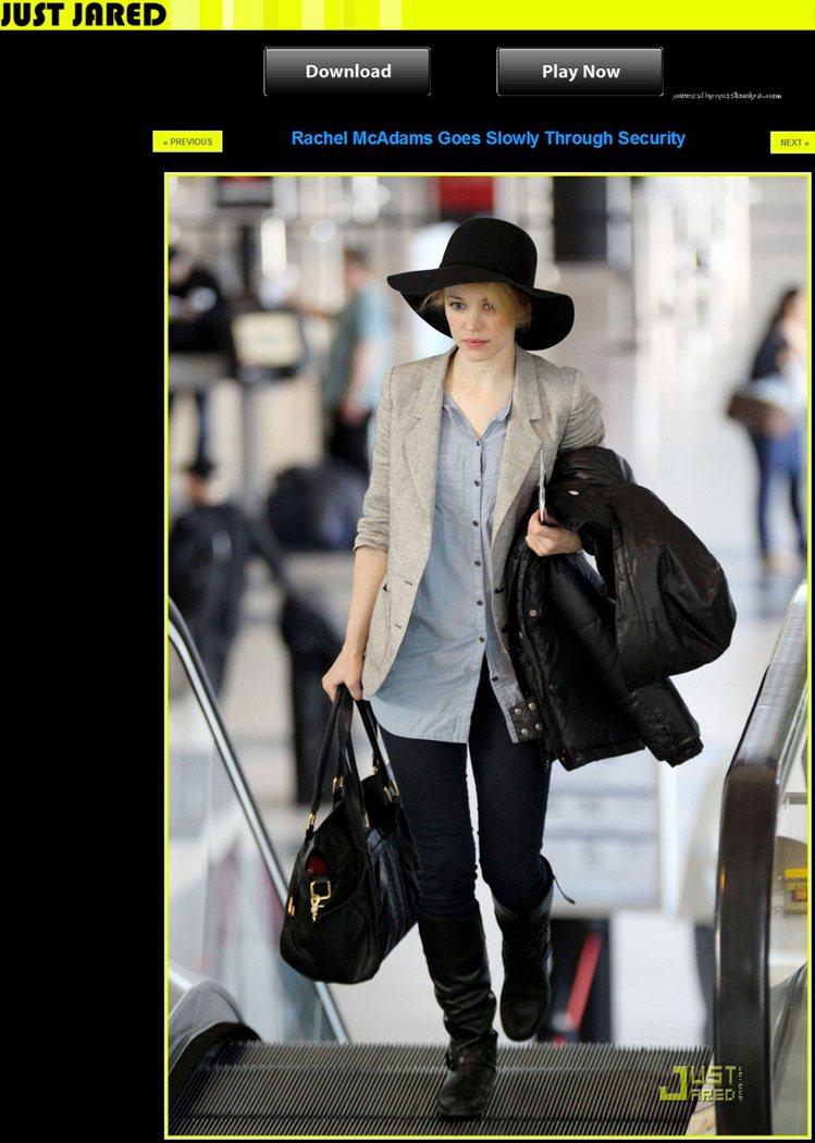 灰西裝、藍襯衫,搭配黑色寬邊帽,則令人看到瑞秋麥亞當斯十足的率性風格。圖/擷取自...
