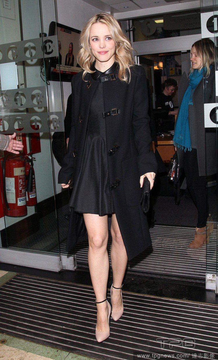 大衣與洋裝的組合讓這位甜心女星展現了摩登優雅風。圖/達志影像