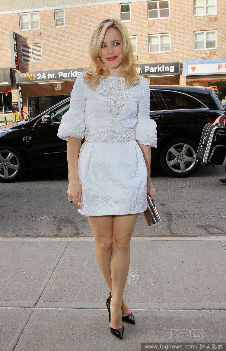 同樣是白色連身裙,蕾絲裝飾與繁複皺摺讓瑞秋看起來相當優雅。圖/達志影像