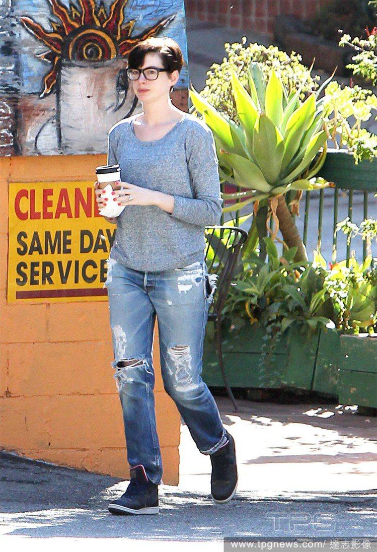 「素顏也很美」的女星安海瑟薇,戴上大粗框眼鏡瞬間成了一副「學識淵博」的模樣,搭配...
