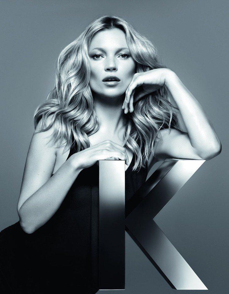 風格獨特的凱特摩絲甚至擔任過法國及英國版Vogue特約時尚編輯。圖/巴黎卡詩提供