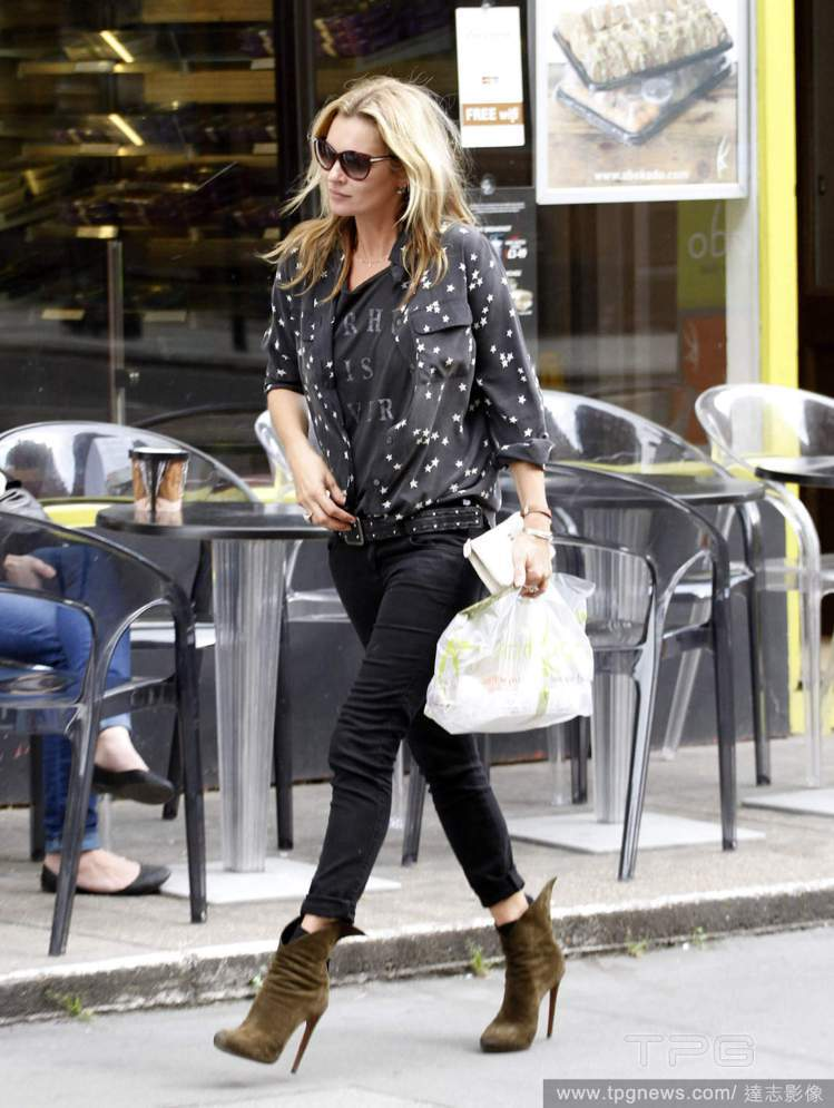 凱特摩絲就算穿著不那麼搶眼的暗色系印花襯衫搭窄管褲,靴子一套上依舊是街上最亮眼的...