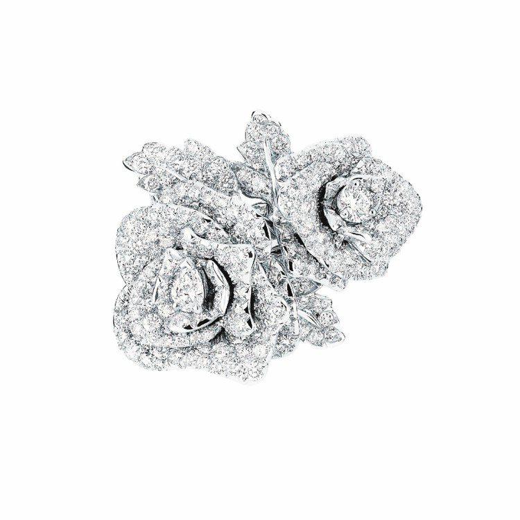娜塔莉波曼配戴Rose Dior Bagatelle玫瑰花系列鑽石戒指,約190...