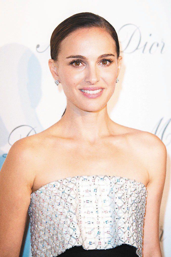 娜塔莉波曼穿Dior高級訂製服,配戴Dior高級珠寶Rose Dior Baga...