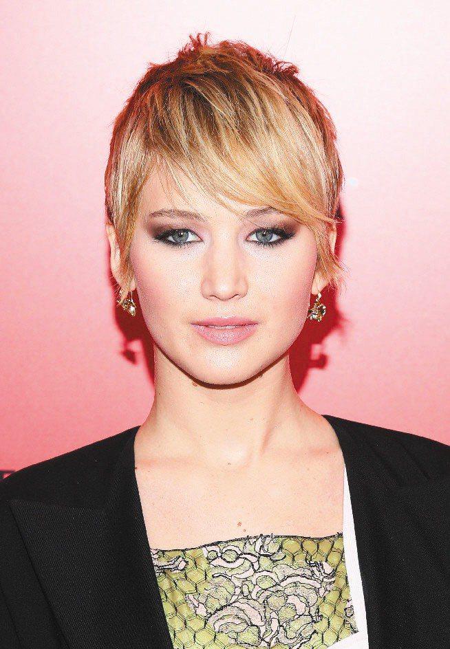 珍妮佛勞倫斯穿Dior早春度假系列服裝出席電影首映,配戴的也是Dior高級珠寶。...