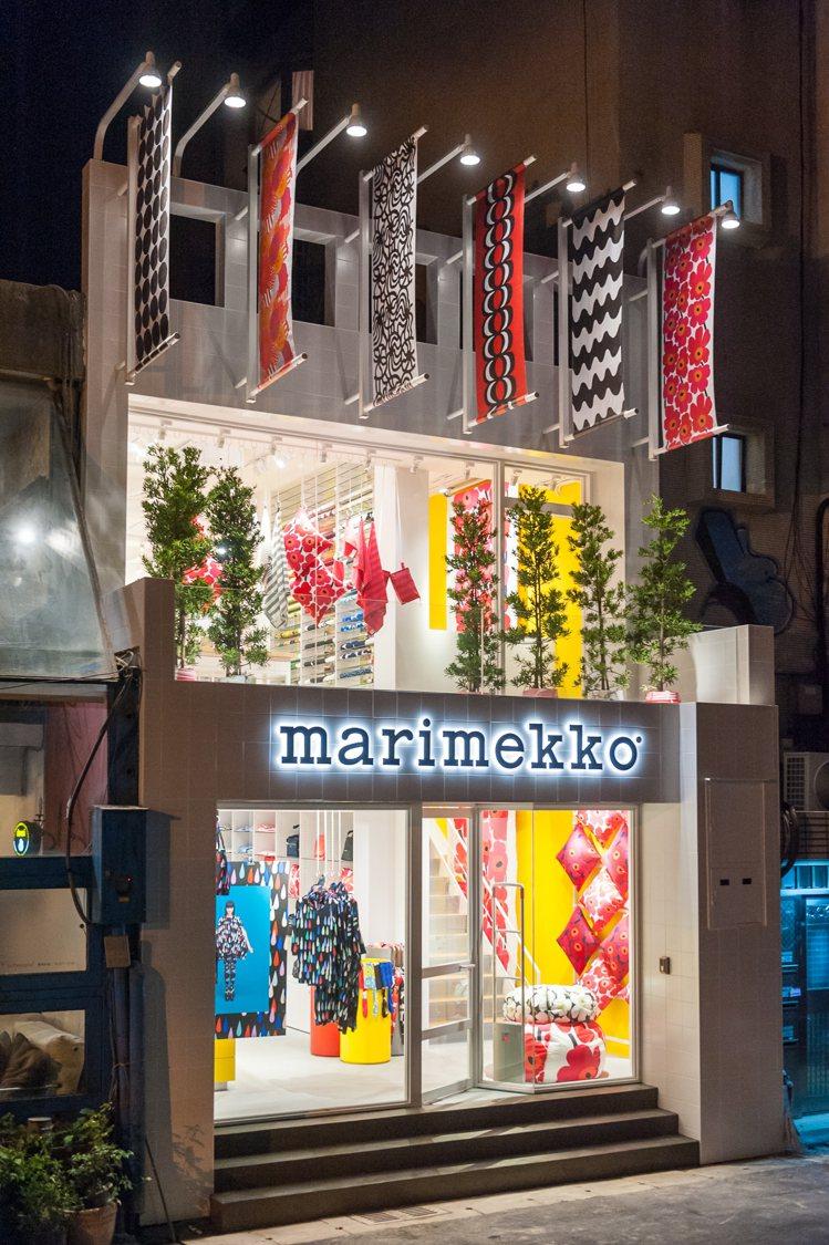 這一間位於台北東區巷弄間,繁花盛開的Marimekko專賣店,1樓主打男女時裝,...