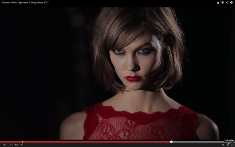 換上火紅色蕾絲洋裝的Karlie Kloss,眼帶殺氣盡展性感嫵媚的模樣。圖/擷...