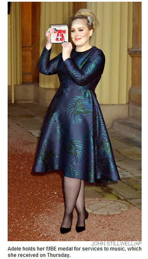 愛黛兒近日從查爾斯王子手中接下 MBE 勳章。圖/擷取自nydailynews....