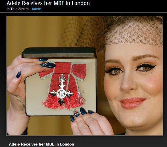 愛黛兒在受勳儀式的造型受到時尚網站的好評。從頭到腳的單品都充滿了英式風格,包含藍...