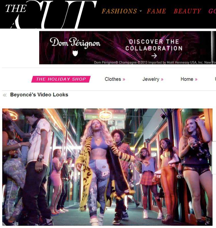 在熱情的節奏下,碧昂絲穿著 DKNY 的內搭褲、Versace 的虎紋大衣昂首前...