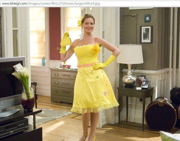 凱薩琳在《27件禮服的秘密》裡大玩伴娘時裝秀,華麗誇張的禮服也讓人眼花撩亂。這件...