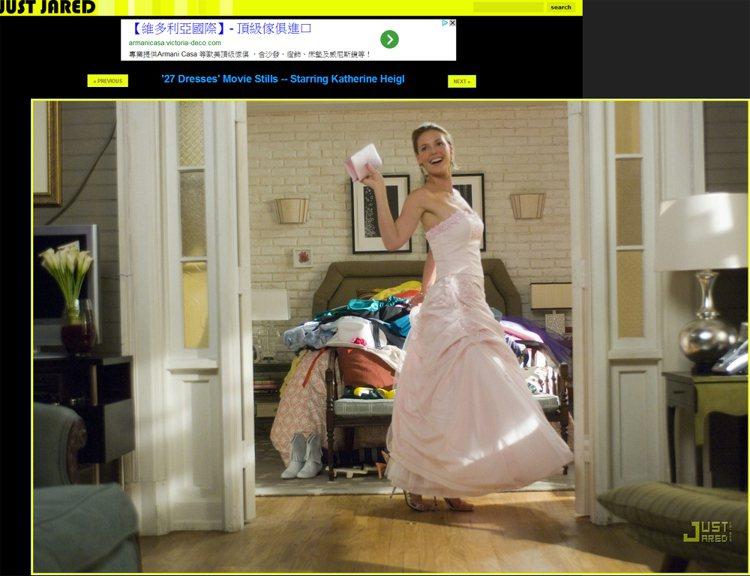 一身粉紅色禮服完全就是正經的伴娘裝。圖/擷取自justjared.com