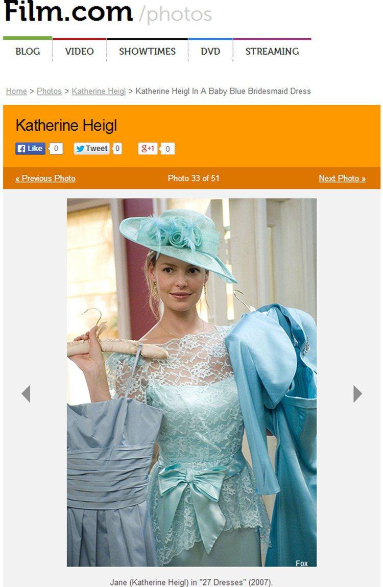 一件復古風的水藍色蕾絲禮服,就顯得端莊許多,搭配精緻秀麗的寬邊帽,使她宛如中古世...