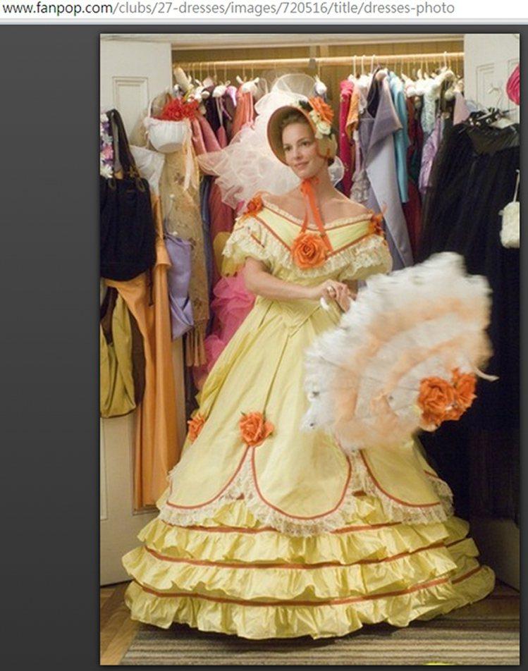 《27件禮服的秘密》裡出現許多像舞台裝或 Cosplay 風的豪華禮服。圖/擷取...