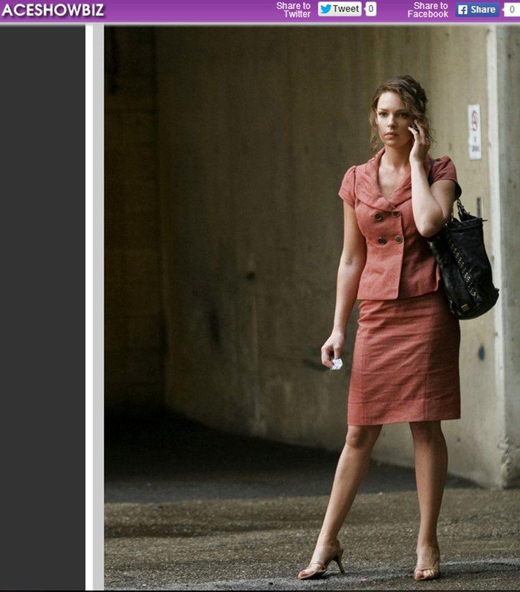 《頭號冤家》裡變身賞金獵人的凱薩琳海格,常穿保守的套裝、西裝外套展現專業架勢。圖...