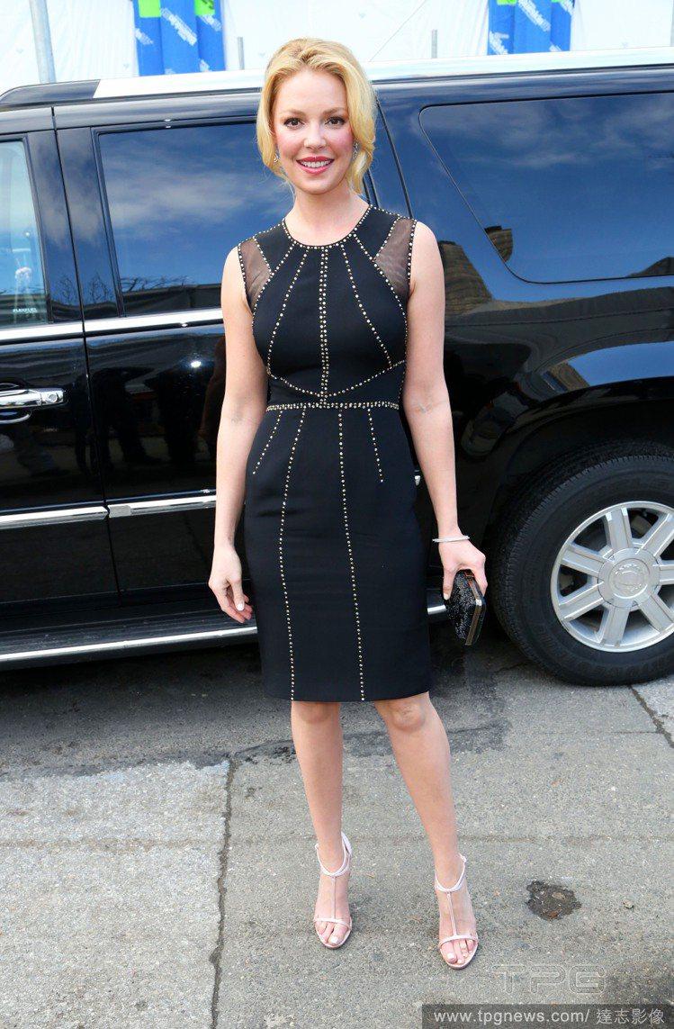 無袖黑色連身裙以珠串代替縫線,點綴出低調華麗的幾何剪裁,而透視設計則提升了摩登感...
