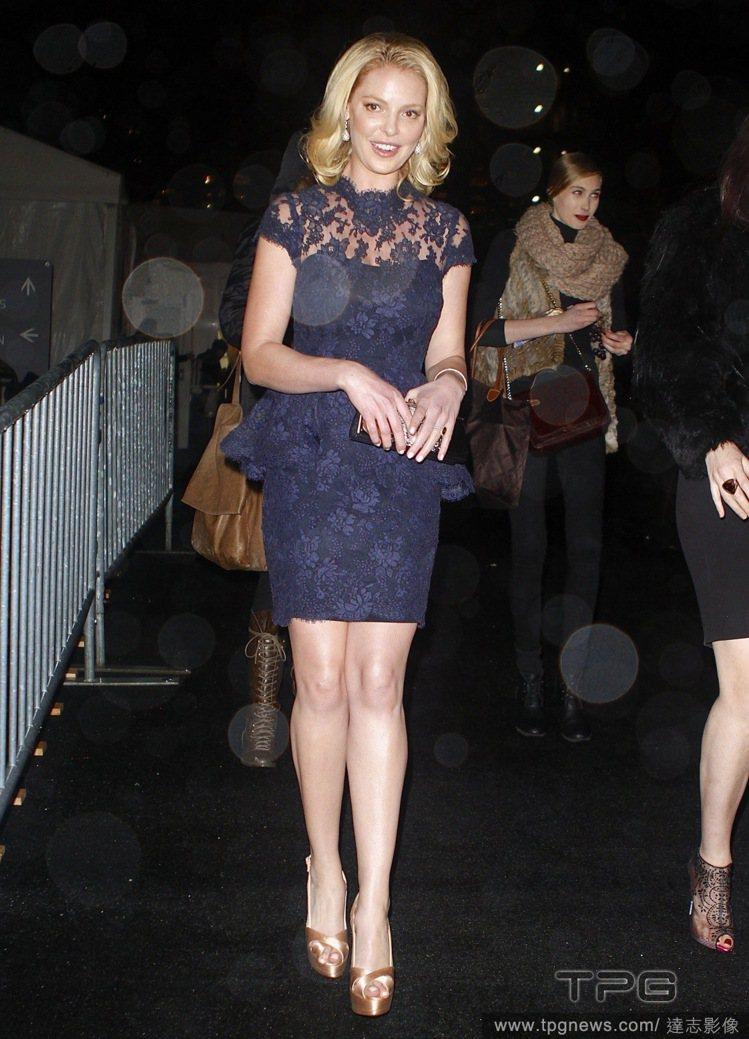 當凱薩琳穿上藍色蕾絲洋裝後,就頓時從開朗小姐變身為氣質淑女,鏤空勾花的蕾絲領口與...