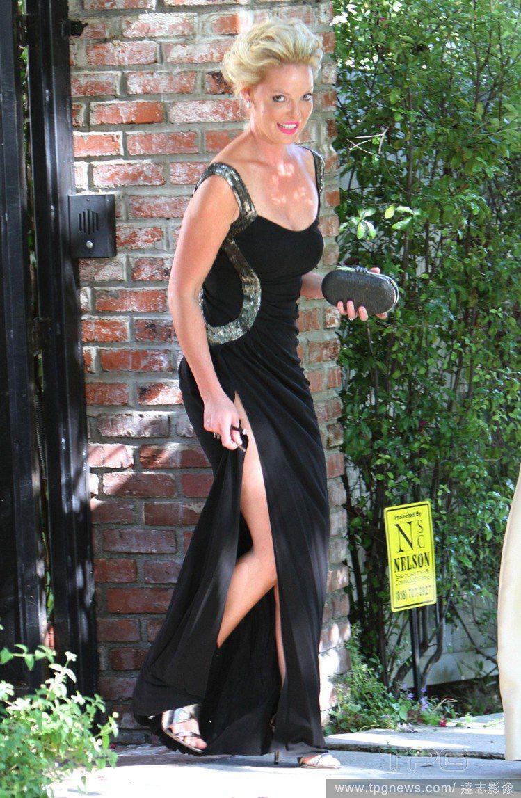 黑色晚禮服則透露著些許復古風味,梳高的盤髮也使她充滿氣勢,與以往的甜心模樣大不相...