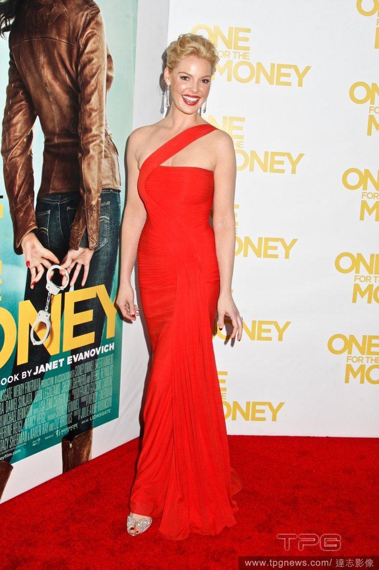 Herve L. Leroux 大紅色長禮服,以斜肩繫帶為鮮豔的色調帶來了俐落感...