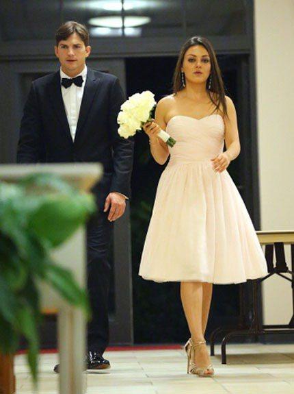 婚禮當天,蜜拉庫妮絲被媒體直擊身穿淺色的香檳粉小禮服和金色高跟涼鞋現身,既不搶走...