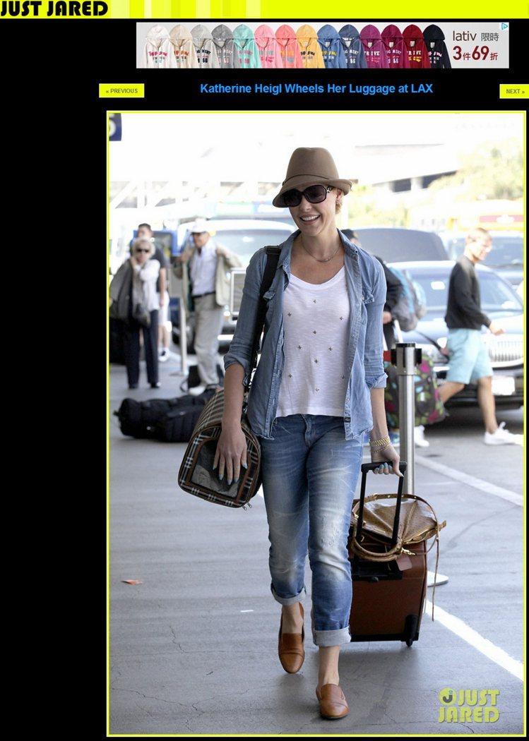 牛仔襯衫+牛仔褲的基本搭法,有了紳士帽與樂福鞋的加持,四周都瀰漫著度假氛圍,揹著...