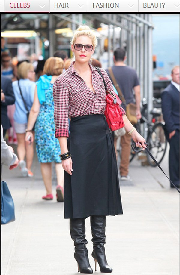 將格子襯衫塞進鐘型高腰裙裡,反而會比牛仔褲多點不羈感,隨意盤起的包包頭讓街頭 L...