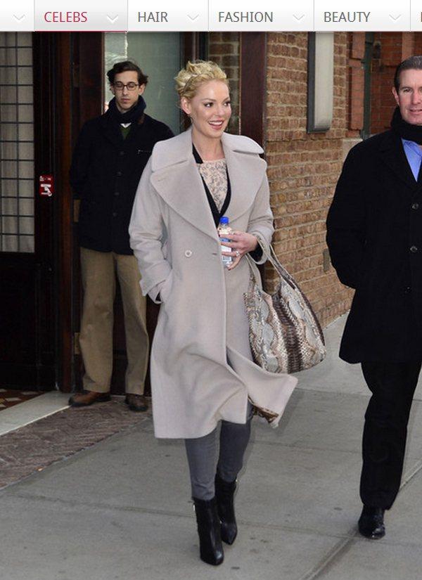 一件灰色翻領大衣+圖騰上衣+短靴,就讓她充滿都會女仕氣質般優雅,而灰色的蛇皮提包...