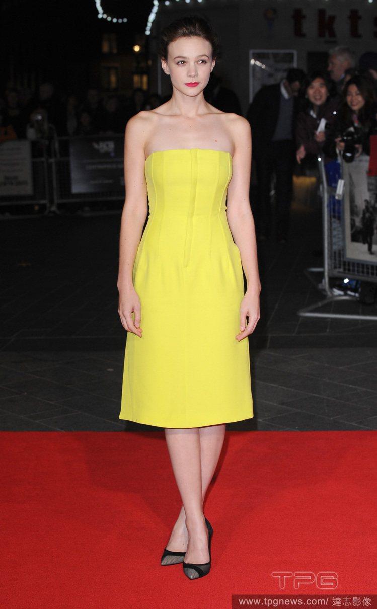 凱莉穆莉根穿著Dior平口小洋裝出席第57屆BFI倫敦電影節,簡約的服裝中同時融...