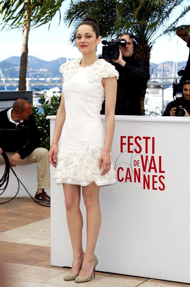 五月份的坎城影展,瑪莉詠柯蒂亞Alexander McQueen 白色洋裝立體花...