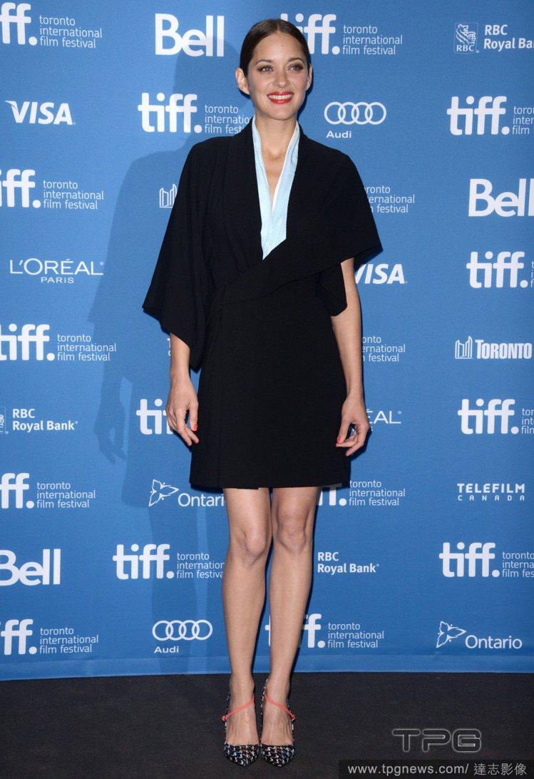 瑪莉詠柯蒂亞一身 Dior 訂製服+Dior 格紋高跟鞋,深色套裝式裙裝在不對襯...