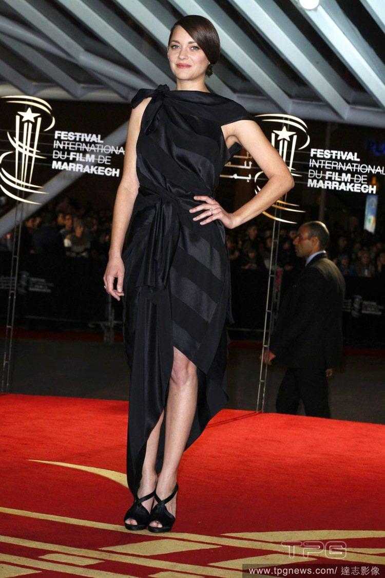 瑪莉詠柯蒂身材不比伸展台上的模特兒來得高挑,但她就是有辦法把每一件禮服都穿的非常...