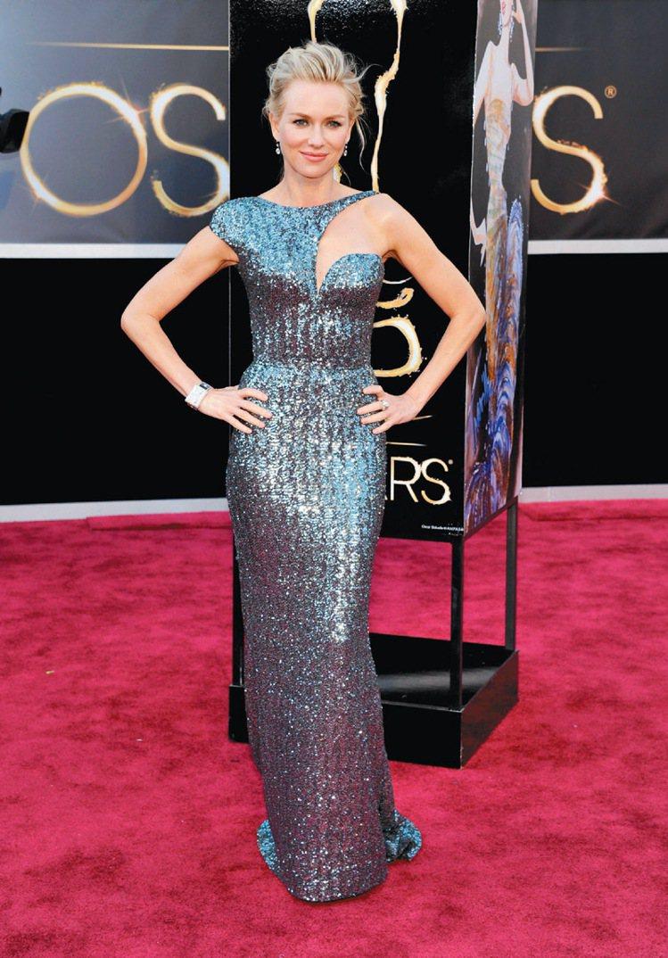 娜歐蜜華茲在年初奧斯卡頒獎典禮上以Armani銀灰色亮片禮服穿出熟女風采。圖/美...