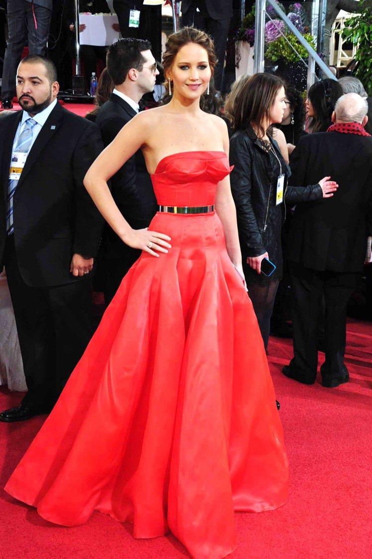 珍妮佛勞倫斯在年初金球獎以一身火紅蓬裙禮服亮相,以《派特的幸福劇本》獲得音樂喜劇...