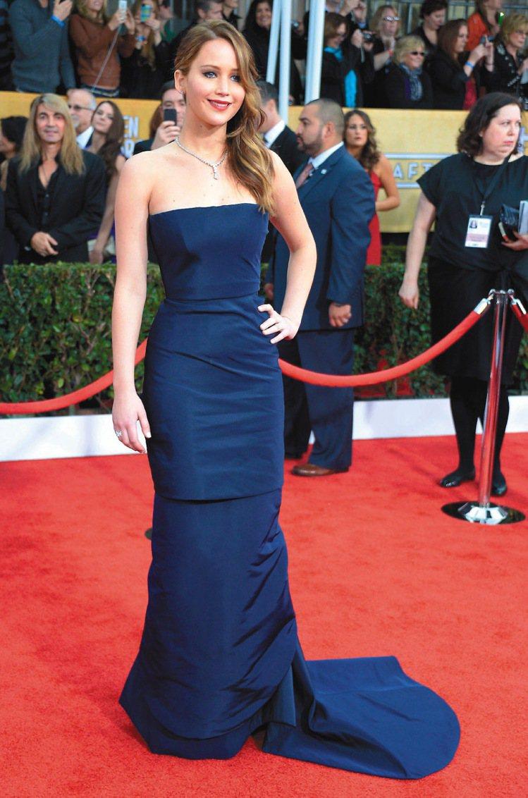 珍妮佛勞倫斯以一襲海軍藍綢緞拖魚尾裙出席年初演員工會獎。圖/法新社