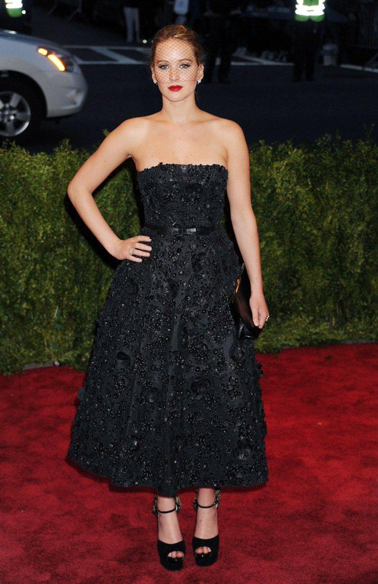 珍妮佛勞倫斯穿Dior特別訂製黑色禮服出席大都會博物館的龐克晚宴。圖/Dior提...