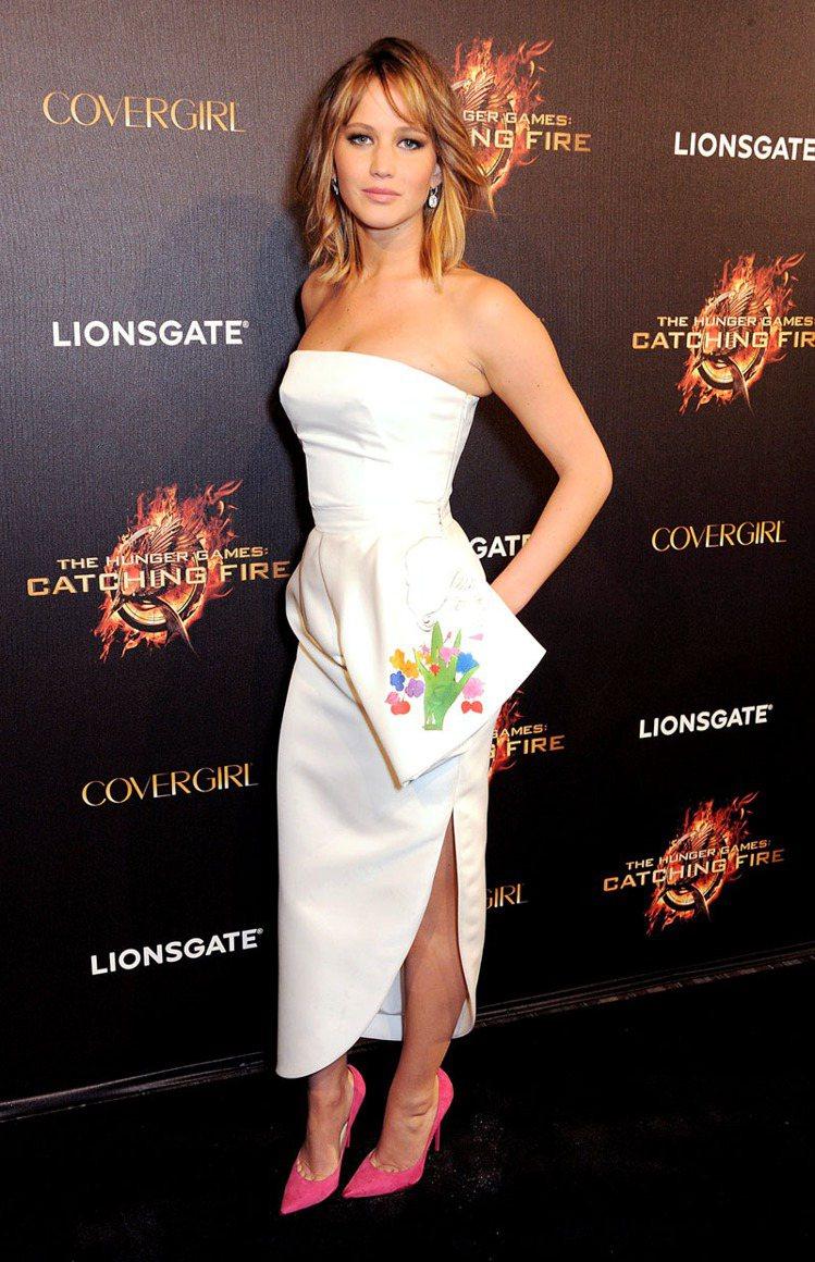 珍妮佛勞倫斯穿 Dior 秋冬繪有安迪沃荷未曝光畫作的秋冬新裝。圖/Dior提供