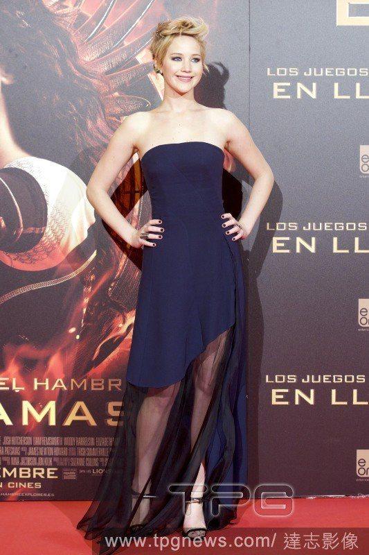 珍妮佛勞倫斯身上這件深藍色 Dior 禮服透過輕飄飄的紗讓極簡設計的服裝多了點浪...