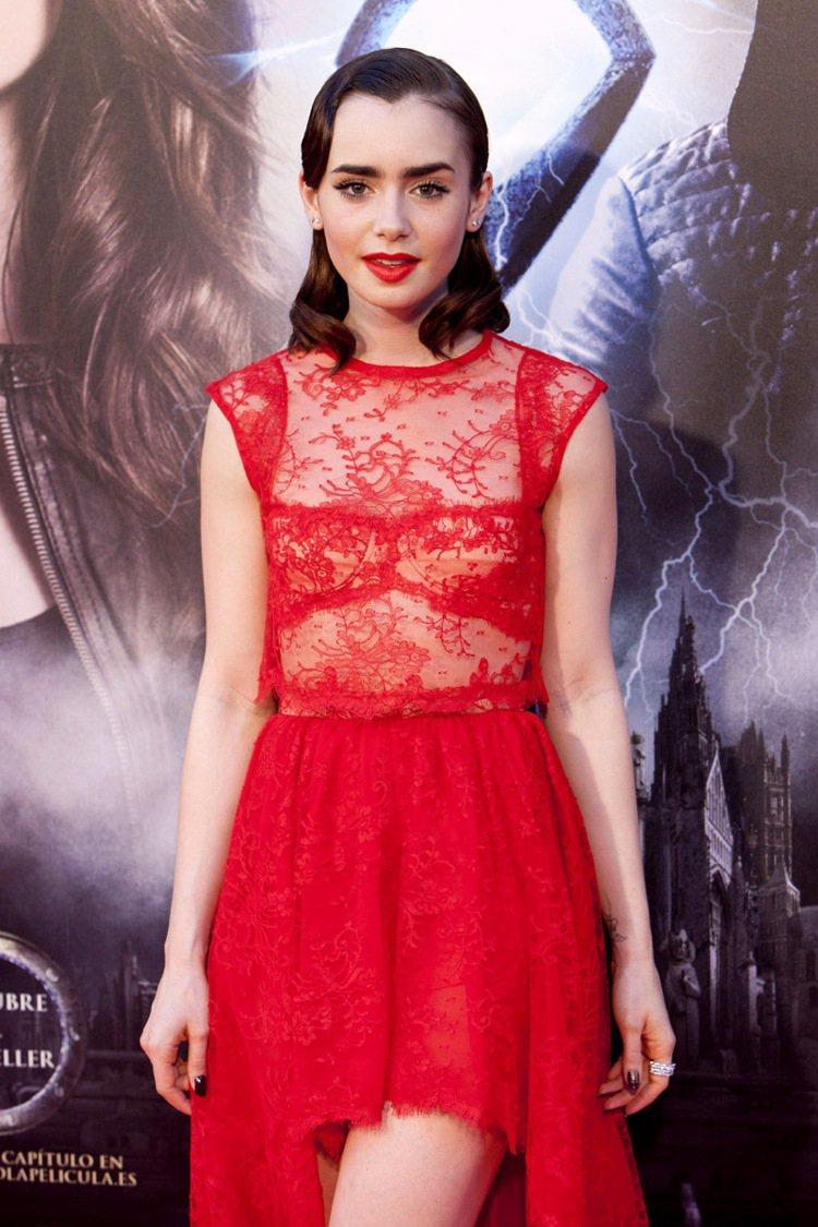 莉莉柯林斯的紅毯穿衣風格華麗,展現成熟迷人的小女人形象。圖/美聯社
