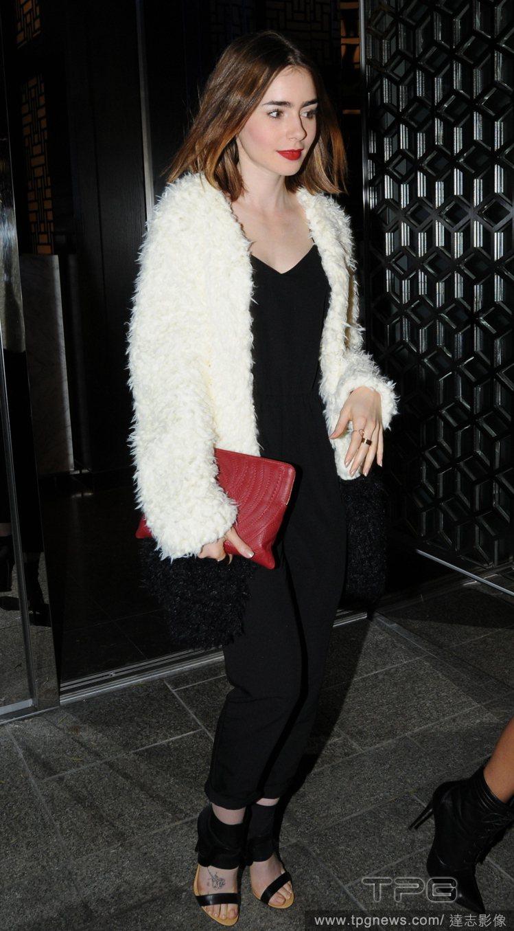 莉莉柯林斯以白色刷毛外套搭黑色連身褲,與紅唇、紅色手拿包相映打造華麗輕熟質感。圖...