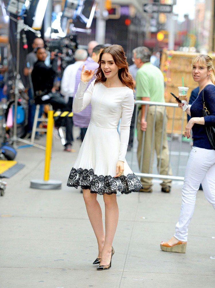 莉莉柯林斯的VALENTINO白色洋裝裙擺上有黑色蕾絲裝飾華麗,再以Jimmy ...