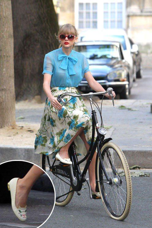 〈Begin Again〉 這支錄影帶在巴黎拍攝,泰勒絲騎腳踏車時穿的藍色薄紗和...