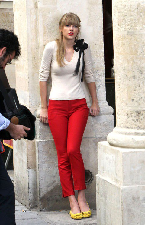 〈Begin Again〉 這支錄影帶在巴黎拍攝,泰勒絲換了好幾套衣服在巴黎街頭...