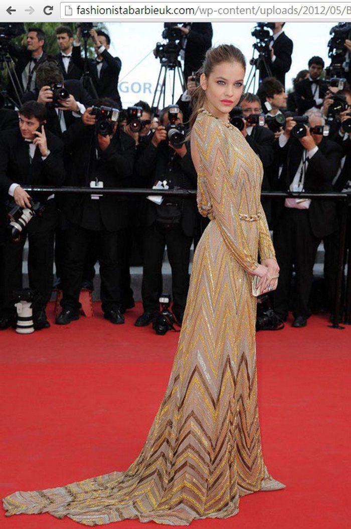 Barbara Palvin以金色禮服出場,華麗的金屬細節、異國風圖騰,讓禮服看...