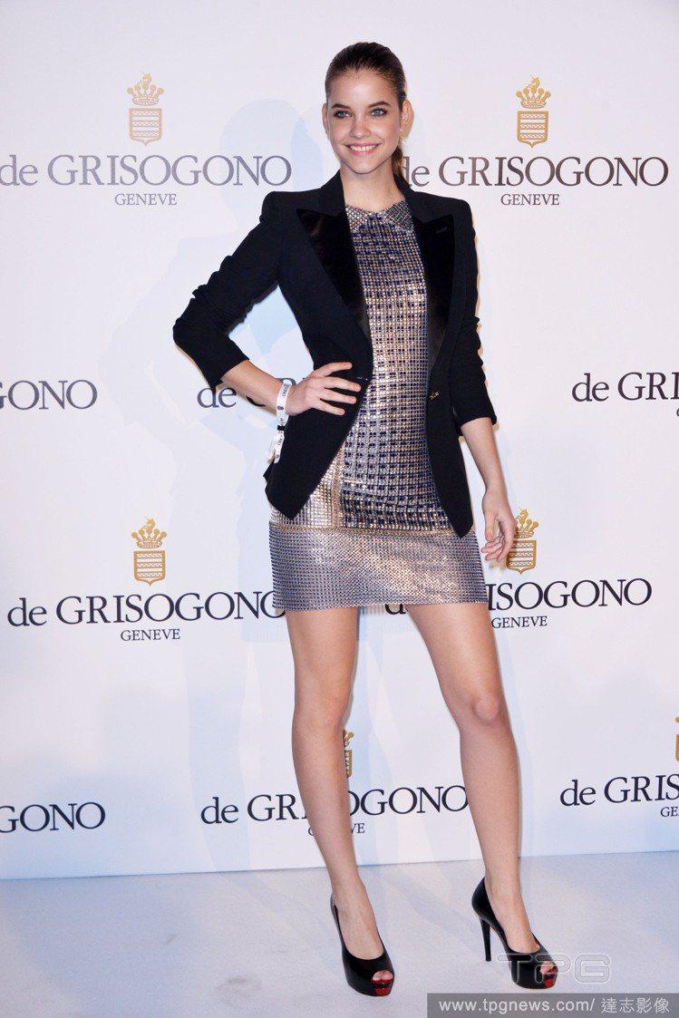 Barbara Palvin 參加品牌活動時則以西裝外套搭配連身裙為主,不論是黑...